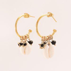 Boucles d'oreilles dorées avec charmes et coquillages